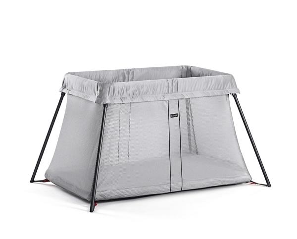 Το Travel Crib Light της Σουηδικής BabyBjorn είναι ιδανικό αν αναζητάτε ένα ασφαλές, απλό και ελαφρύ κρεβάτι ταξιδιού!